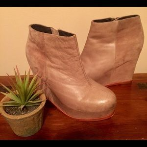 Dolce Vita Beige Suede & Leather Wedge Boots Sz 6